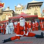 """(Foto pos spettacolo) Andrea Jam in veste di Babbo Natale sui pattini """"foto in spaccata"""" per inaugurazione Gardaland Magic Winter 2015"""